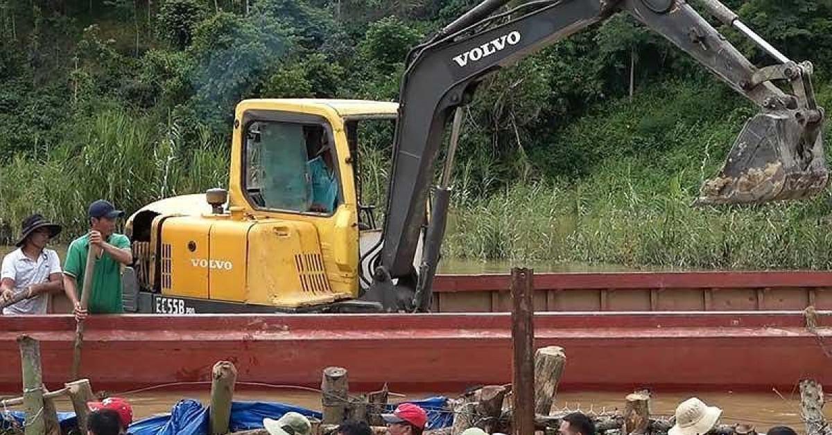 Clip hàng trăm người ngâm mình vá đê vỡ ở Đắk Lắk
