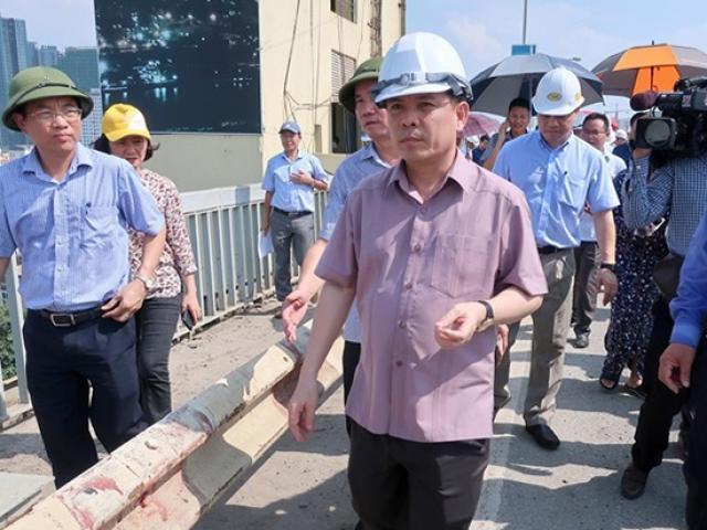 Bộ trưởng Giao thông đứng trên mặt cầu hỏng 10 năm hứa gì?