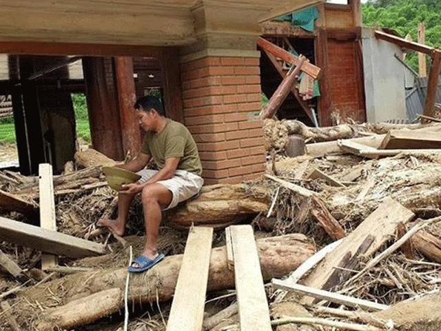 Lũ rút ở Sa Ná, gỗ tràn lan khắp bản