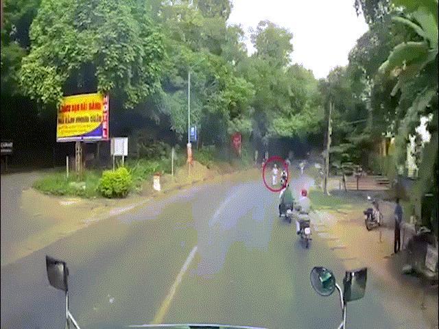 Video: Bỏ chạy khi gặp CSGT, xe máy suýt gây họa cho tài xế xe container