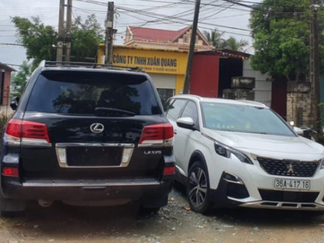 Vụ dân vây côn đồ đập phá cổng làng: Triệu tập 11 người và mời chủ xe sang Lexus 570