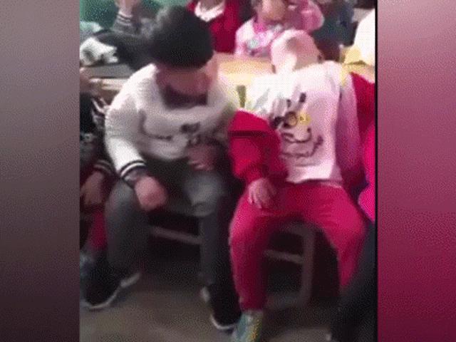 Hai cậu bé ngủ gật trong lớp khiến dân mạng cười nghiêng ngả