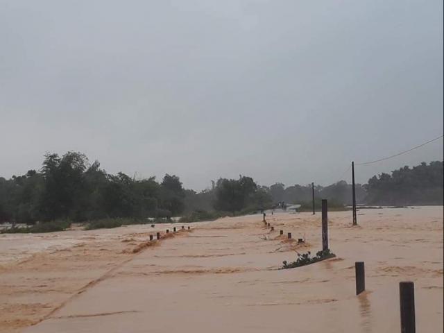 Mưa lớn kéo dài hai ngày, nhiều nơi ở Hà Tĩnh ngập sâu
