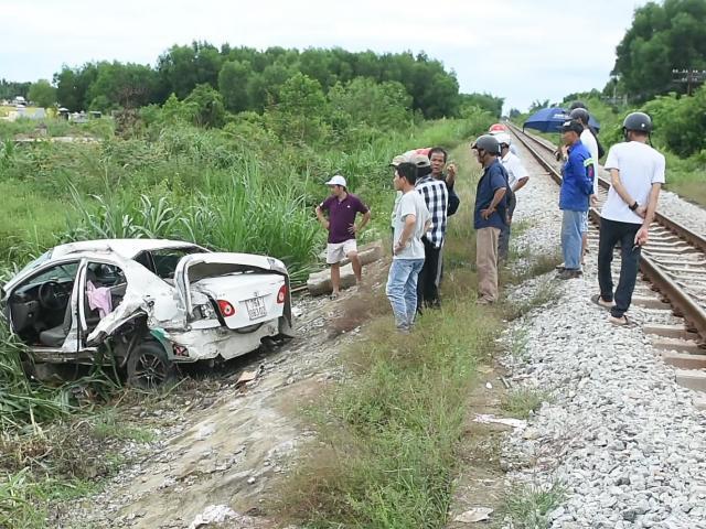 Tàu hỏa tông  ô tô văng cả chục mét, tài xế nhập viện cấp cứu