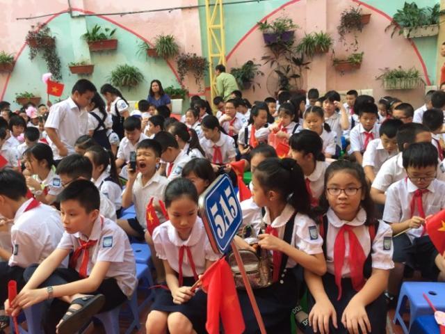 Quảng Trị: Học sinh vùng lũ đội mưa đi khai giảng, đến trường thầy thông báo... hoãn
