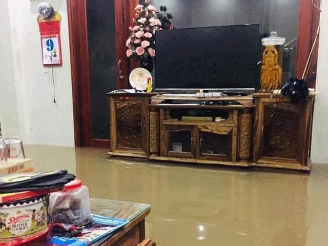 Người dân Thái Nguyên không tin vào mắt mình khi ngủ dậy phố biến thành sông, nước tràn vào nhà