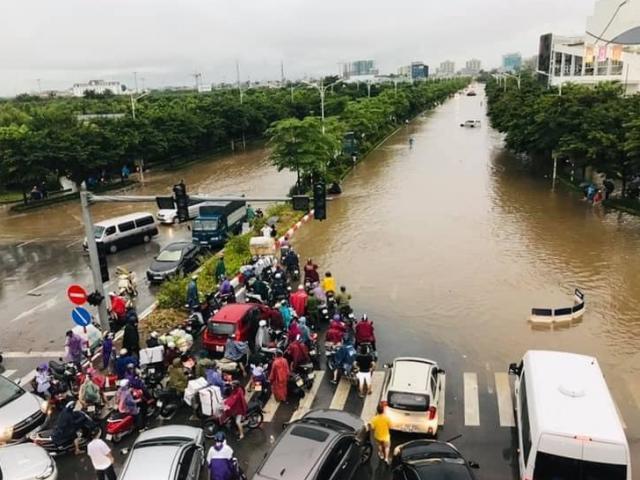 Đường phố Hà Nội tứ bề ùn tắc, ngập sâu sau cơn mưa lớn