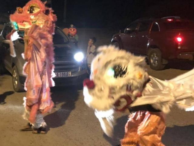 Clip: Kinh hãi nhóm thiếu niên múa lân lao ra đường chặn đầu ô tô xin tiền
