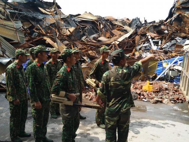 Bộ đội Hoá học đang tẩy độc quanh khu vực nhà máy Rạng Đông