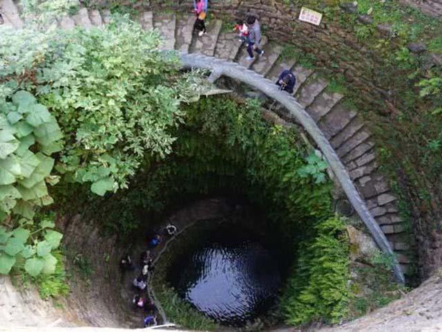 Giếng cổ to bằng ngôi nhà, du khách có thể leo cầu thang xuống tận đáy