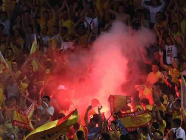 """Án phạt nóng sân Hàng Đẫy vụ pháo sáng làm fan nữ nhập viện: Hà Nội FC bị """"treo sân"""" đến hết mùa"""