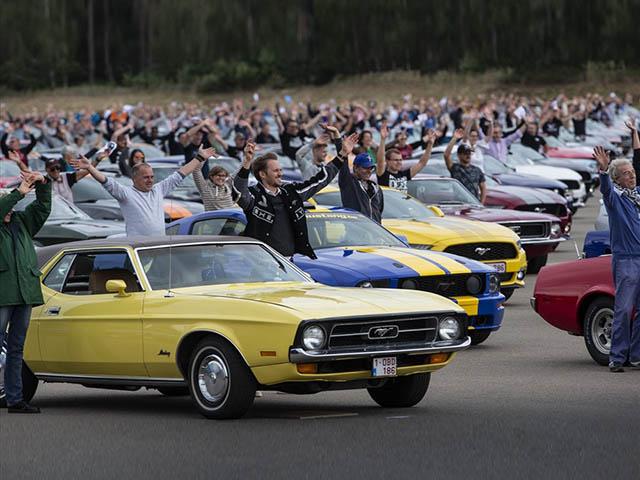 Ford Mustang lập kỷ lục thế giới với 1.362 chiếc xe được tập hợp diễu hành