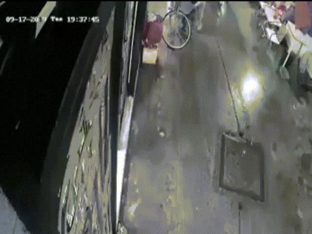 Clip 6 giây và cảnh tượng cướp giật hãi hùng khiến cô gái ngã nhào