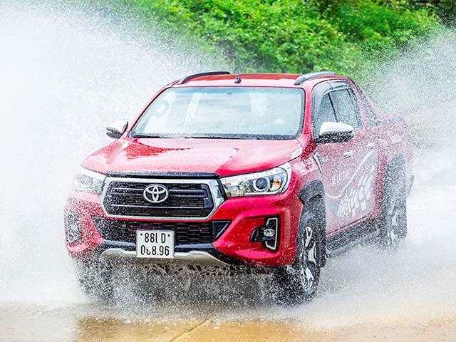 Tại sao Toyota Hilux luôn được đánh giá cao dù ít options hơn đối thủ?