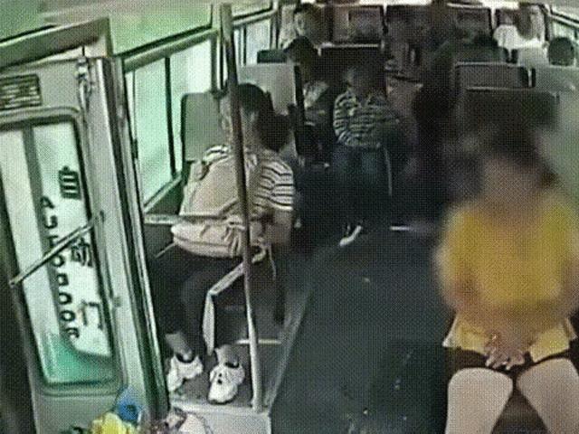 Người phụ nữ bất ngờ lao khỏi xe buýt đang chạy khiến ai cũng hết hồn