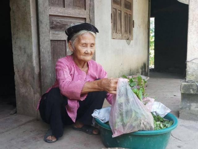 """Cụ bà 83 tuổi xin thoát nghèo gây """"sốt"""" cộng đồng mạng là ai?"""
