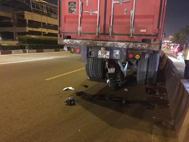 Sốc với hiện trường TNGT xe máy chui vào gầm xe container, thanh niên tử vong