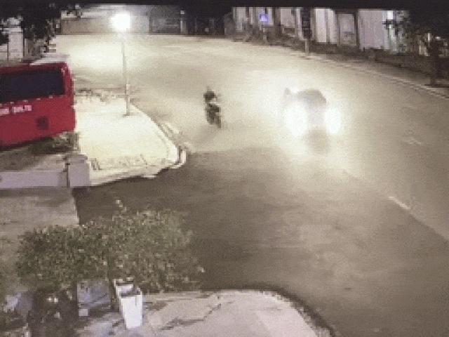 Video: Sốc cảnh lái xe máy va chạm với ôtô, thoát chết trong gang tấc