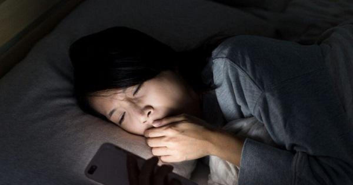 6 thói quen trước khi ngủ khiến cơ thể nhanh lão hóa, giảm tuổi thọ, điều thứ 2 có đến 99% người trẻ mắc phải