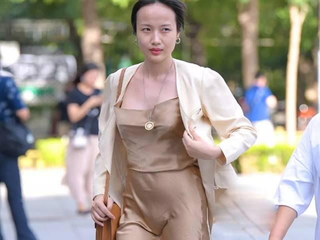 Nhiều cô gái mắc lỗi nặng khi mặc váy lụa ra phố, làm sao không phô điểm nhạy cảm?