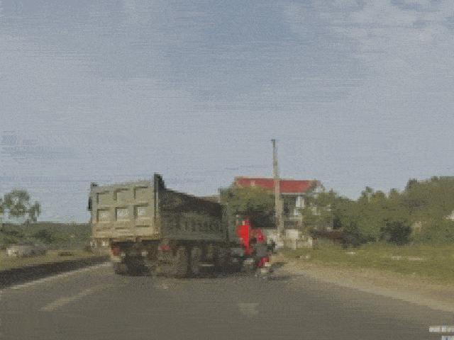 Video: Bị xe tải ép đột ngột, lái xe máy thoát hiểm thần kỳ