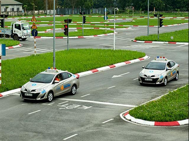 Tranh cãi bằng B1 chỉ được lái ô tô số tự động, không được lái ô tô số sàn: Bộ GTVT lên tiếng