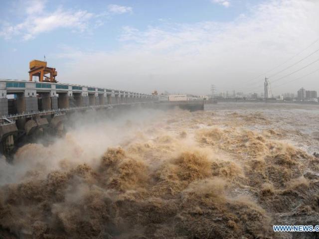 Sông dài nhất Trung Quốc đón thêm tin xấu mùa mưa lũ