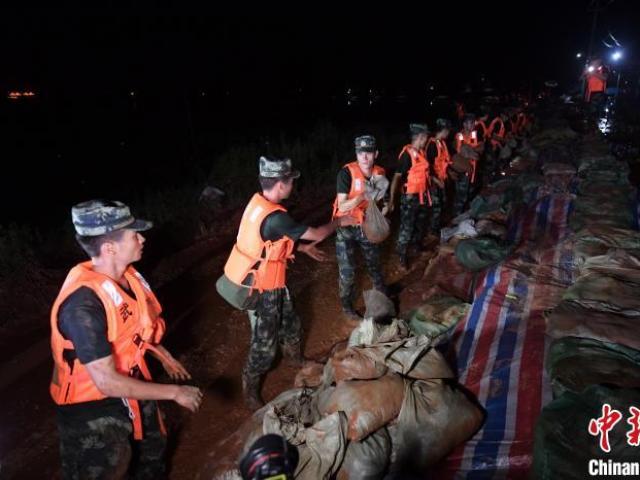 TQ: Trắng đêm canh đê vỡ khi lũ lụt ảnh hưởng 34 triệu người