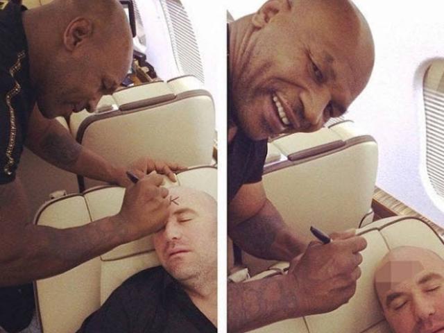 """Mike Tyson quậy phá, """"vẽ bậy"""" lên mặt """"Bố già"""" UFC trên máy bay"""