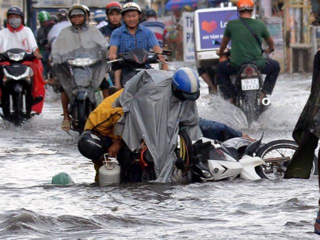 Người Sài Gòn ngã nhào trên đường ngập sau cơn mưa trút nước