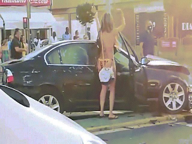 Video: Gây tai nạn vẫn đứng nhún nhẩy, cô gái mặc bikini nhận trái đắng