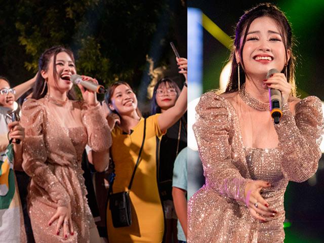 """Nữ ca sĩ nóng bỏng bất ngờ gây """"náo loạn"""" phố đi bộ Hà Nội là ai?"""