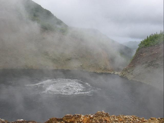 Khám phá hồ nước sôi sùng sục, nước nóng bỏng nhất thế giới