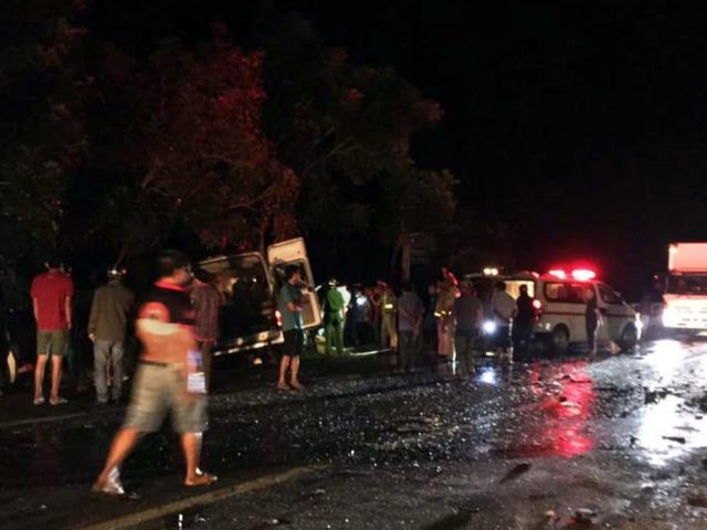 8 người chết, 7 người bị thương sau va chạm kinh hoàng giữa xe khách và xe tải