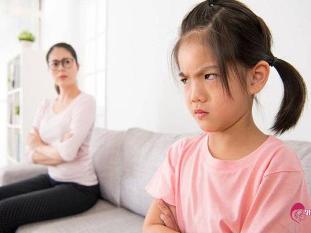 Bố mẹ dạy con lời hay ý đẹp nhưng lại chửi bậy, lách luật trước mặt con