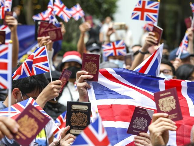 """Trung Quốc có thể tung """"chiêu"""" vô hiệu hóa việc đón người Hong Kong của Anh"""