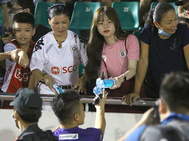 Quang Hải tình cảm với bạn gái, hot girl bật khóc vì TP.HCM thua đậm