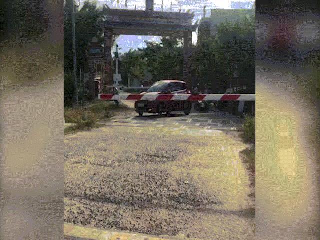 Clip: Kinh hoàng cảnh ô tô cố băng qua đường bị tàu hỏa tông