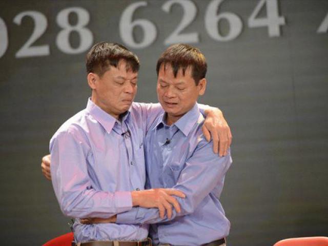 Cuộc hội ngộ kỳ lạ đến ngỡ ngàng của cặp anh em sinh đôi bị bố mẹ cho đi từ 43 năm về trước