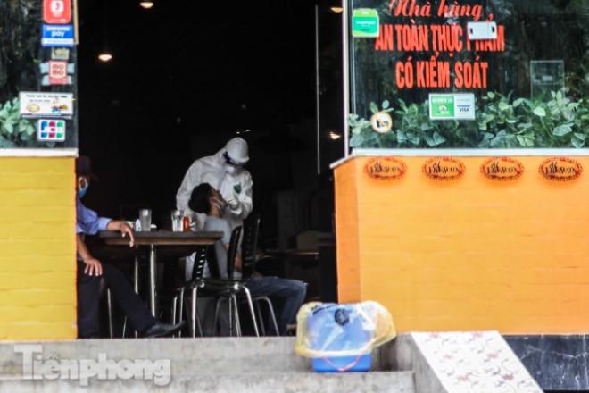 Xét nghiệm nhanh nhân viên cửa hàng pizza có người nghi mắc COVID-19 ở Hà Nội