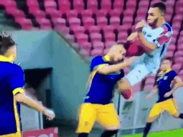 Cầu thủ bay người đá thẳng vào mặt đối thủ và quyết định khó hiểu của trọng tài