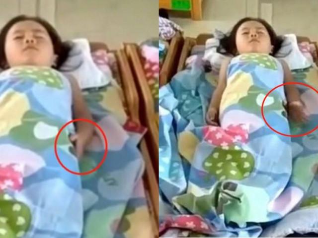 Cô giáo gửi đoạn clip con gái ngủ trưa, mẹ bật khóc khi nhìn hành động lạ ở tay con