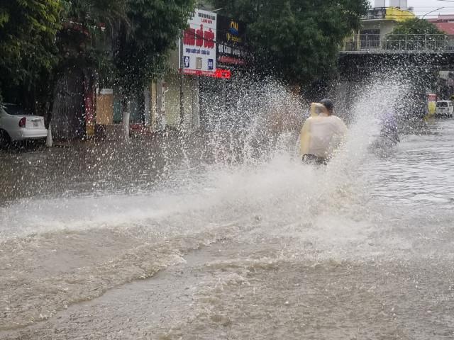Lạng Sơn: Nước ngập lút bánh xe sau mưa lớn kéo dài
