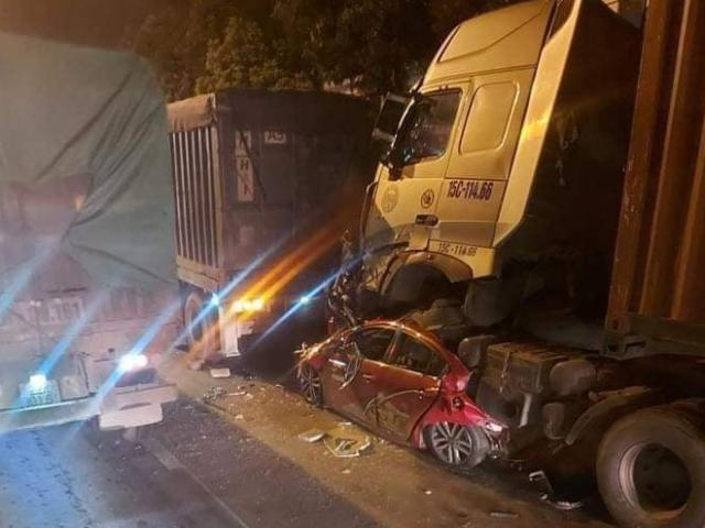Ô tô chờ đèn đỏ bị xe container chèn từ phía sau, 3 người chết thương tâm