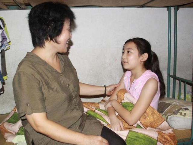 Bắt gặp con gái đang xem phim đen, cách phản ứng của người mẹ nhận được vô số lời khen ngợi