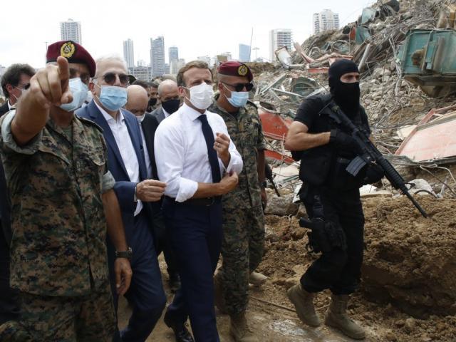 Tổng thống Pháp vừa tới hiện trường vụ nổ kinh hoàng, dân Liban đổ xô đến nói điều gây sốc