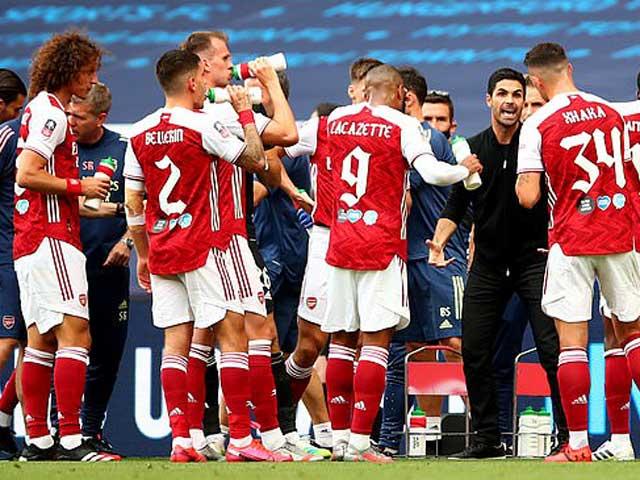 """Arsenal chính thức """"toang"""" vì Covid-19: Đuổi 55 người dù """"nuôi báo cô"""" Ozil"""