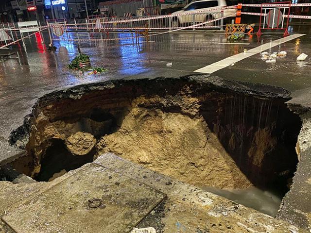 """Sau trận mưa như trút nước, mặt đường ở Sài Gòn bất ngờ sụp lún tạo """"hố tử thần"""""""