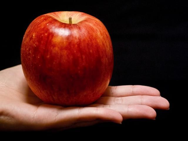 Chỉ với 1 quả táo, cách chia của 2 người mẹ đã tạo ra một nhà chính trị và một tội phạm