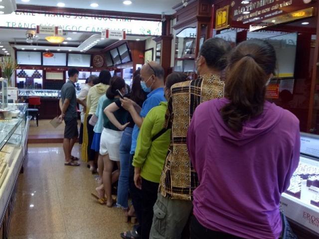 """Vàng """"hạ sốt"""", người dân đứng xuyên trưa xếp hàng chờ giao dịch"""
